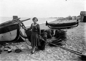 Margarida Xirgu a la platja de Badalona